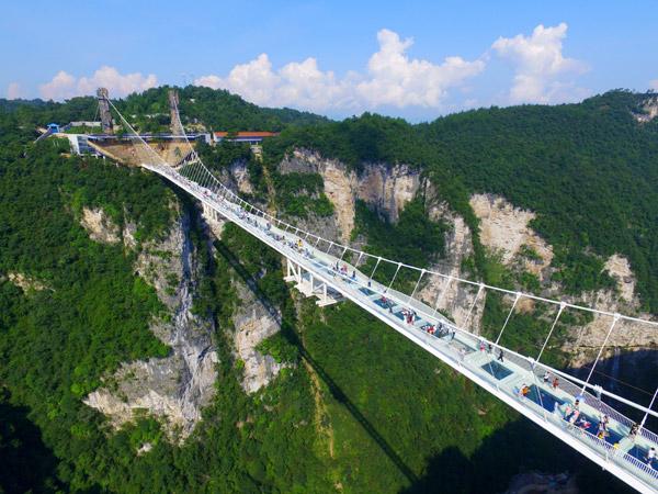 A view of the 430-meter glass-bottom bridge in Zhangjiajie, Hunan province, in August. [Shao Ying/For China Daily]