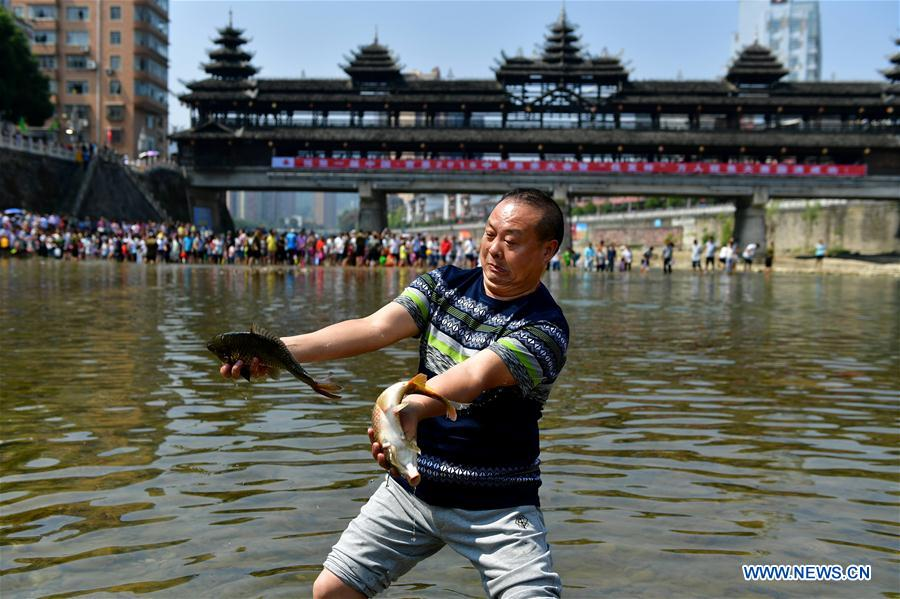 People catch fish to celebrate harvest for People catching fish