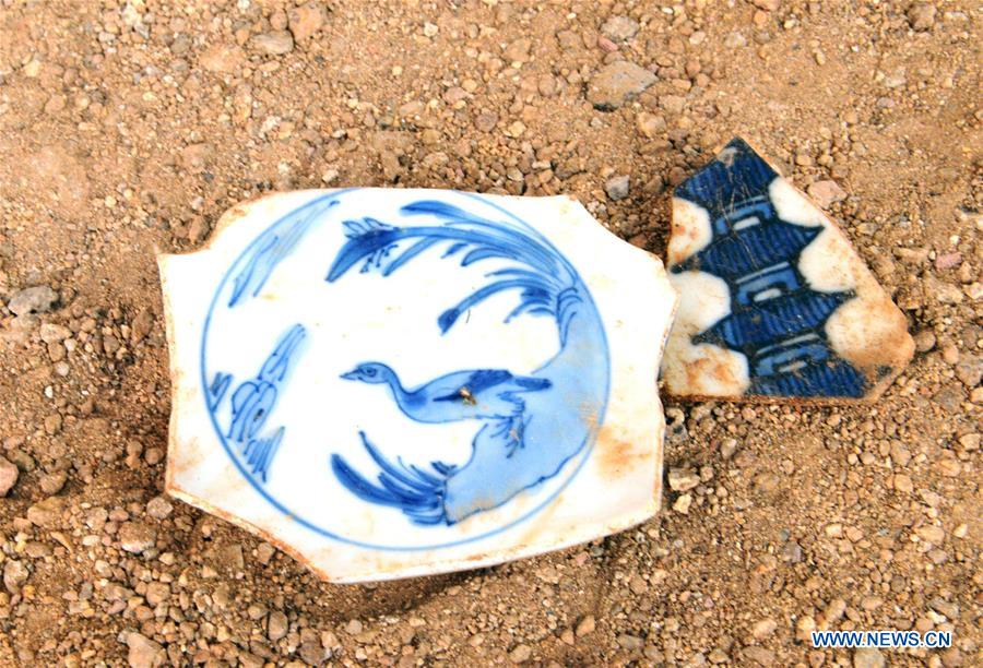 Photo taken on Oct. 5, 2016, shows antique Chinese porcelain fragments in the city of Acapulco, Mexico. A new archaeological find announced on Friday in Mexico attests to China's age-old vocation as an exporting powerhouse. Mexican archaeologists have uncovered thousands of fragments of a 400-year-old shipment of Chinese 'export-quality porcelain' that was long buried in the Pacific Coast port of Acapulco. [Photo/Xinhua]