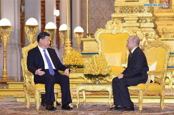2016年10月13日,国家主席习近平在金边会见柬埔寨国王西哈莫尼。 [新华网]