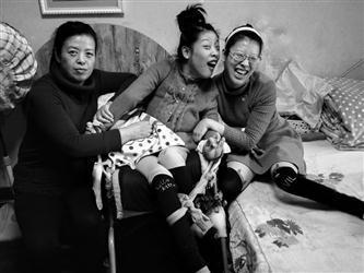 Tian Xiaolu (center) and Tian Lulu (right) with their mother. (Photo/Liaoning Evening Daily)
