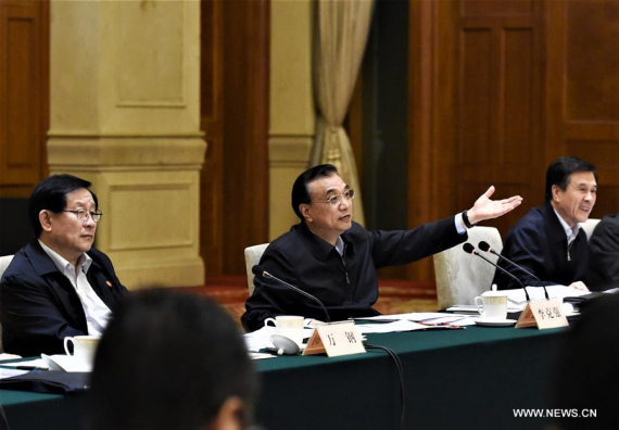 Chinese Premier Li Keqiang (C) presides over a meeting on simplifying administrative procedure and delegating power, in Shanghai, east China, Nov. 21, 2016. (Photo: Xinhua/Rao Aimin)