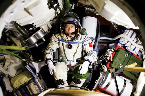 Chinese astronaut Yang Liwei sits in the module of Shenzhen 5 spaceship. [Photo/China.org.cn]