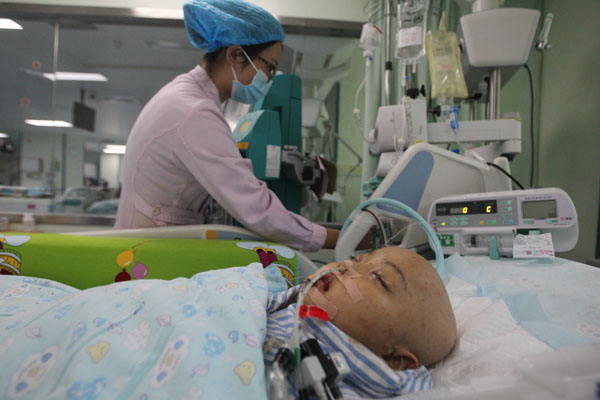 Luo Yixiao receives treatment at Shenzhen Children's Hospital in Guangdong province on Tuesday.[Photo provided for China Daily]