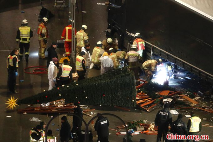 Foresnic police officers work on December 20, 2016 at the scene where a truck crashed into a Christmas market near the Kaiser Wilhelm Memorial Church in Berlin. [Photo/China.org.cn]