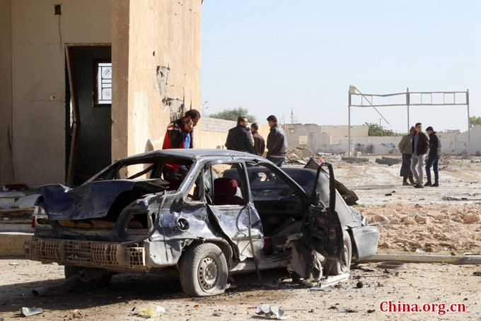 Libyans gather at the site of a suicide truck bombing on a police school in Libya's coastal city of Zliten, some 170 kilometres (100 miles) east of the capital Tripoli, which killed at least 65 people on January 7, 2015, in the deadliest attack. [Photo/China.org.cn]
