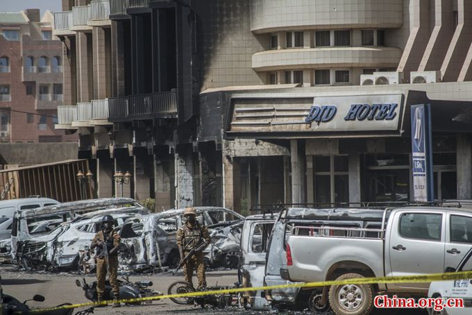 Soldiers are seen outside the Splendid Hotel in Ouagadougou, Burkina Faso, January 16, 2016, after security forces retook the hotel from al Qaeda fighters who seized it in an assault that killed at least 29 people. [Photo/China.org.cn]