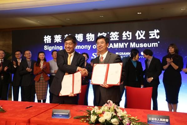 联办集团首席执行官、联办文化传媒有限责任公司首席执行官王波明与三亚市委副书记、市长吴岩峻进行签约。