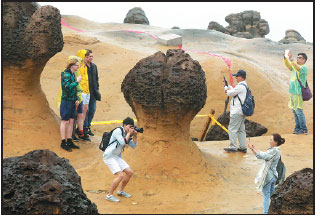 Tourists from the Chinese mainland visit the Yehliu Geopark in Taiwan's New Taipei City in May.Zhu Xingxin / China Daily