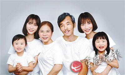 Zhang Jia's new family photo with her deceased father. (Photo/Chongqing Evening News)