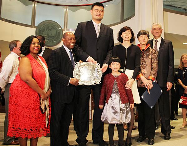 Houston embraces Yao Ming - China.org.cn Yao Ming And Family