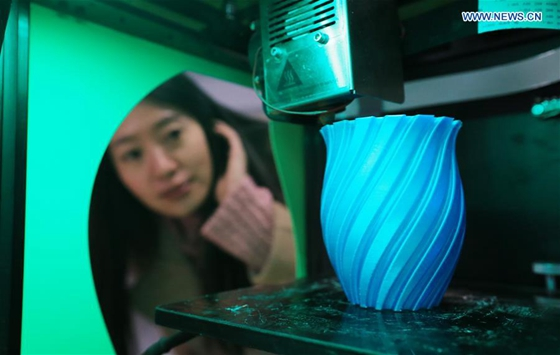 A 3D printing machine prints a vase at the 3D Printing Demonstration Base in Dalian, northeast China's Liaoning Province, Dec. 30, 2015. [Photo/Xinhua]