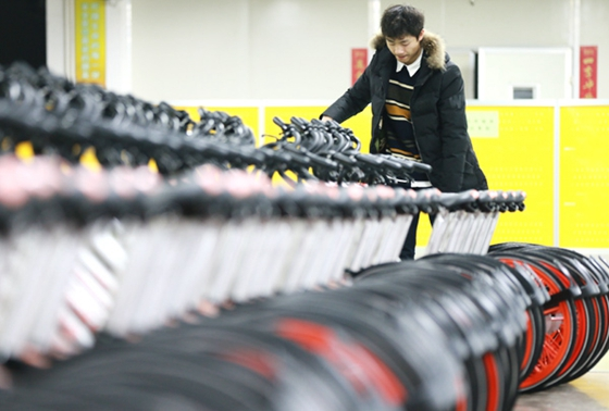 A worker at a Mobike factory in Hengyang, Hunan province. [Photo/China Daily]
