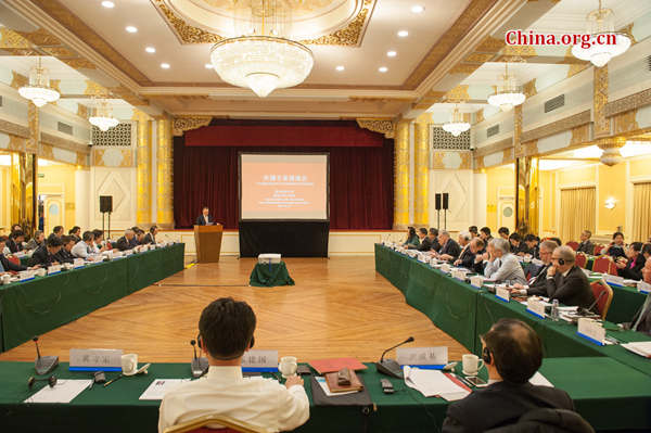 State Council Research Office and the State Administration of Foreign Experts Affaris hold a special symposium on Jan. 12, 2017 to seek opinions from international experts on the drafting of this year's Government Work Report. [Photo by Chen Boyuan / China.org.cn]