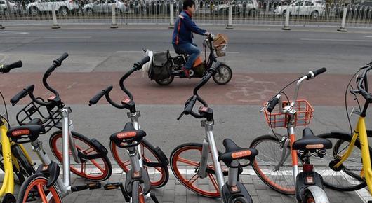 """3月17日,在北京市石景山区银河大街,几辆共享单车停放在共享单车推荐停车点。  近日,地面上写着""""石景山区×摩拜单车""""字样的共享单车推荐停车点出现在北京市石景山区,共享单车集中有序地停放在停车点内,有效缓解共享单车无序停放问题。据介绍,目前石景山主城区已建成100多个推荐停车点,集中在石景山路、银河大街、鲁谷大街等区域,已覆盖石景山区8个街道的主要场所。 新华社记者 张晨霖 摄"""
