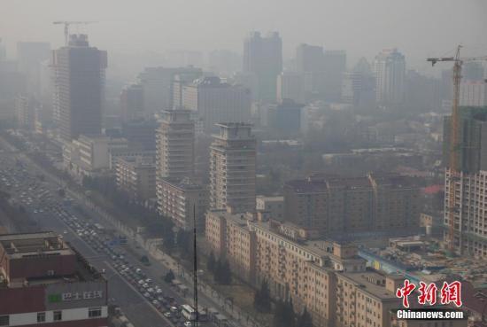 3月17日,北京城笼罩在雾霾中。 [中新社]