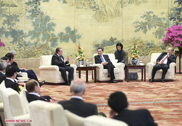 Chinese Premier Li Keqiang meets with foreign representatives of the China Development Forum (CDF) 2017 in Beijing, capital of China, March 20, 2017. [Photo/Xinhua]