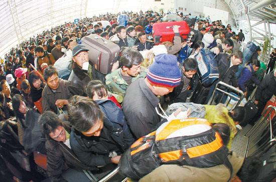 Migrant workers checked in at a railway station. [File photo/www.hsw.cn]