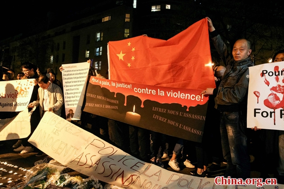 A man holds a Chinese flag during a protest in front of the police headquarters in the 19th arrondissement of Paris on March 28, 2017, following the death of a Chinese national during a police intervention on March 26. [Photo/VCG]