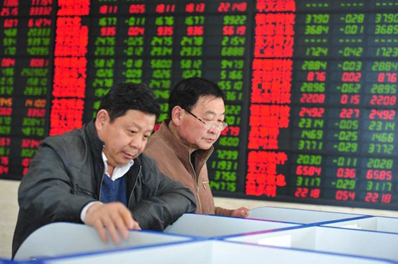 Investors check share prices at a brokerage in Fuyang, Anhui province. [Photo/China Daily]