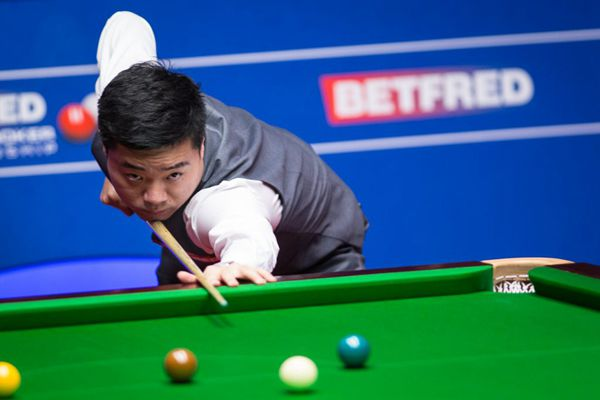 Mark Selby fights back to lead Ding Junhui in Semi-final