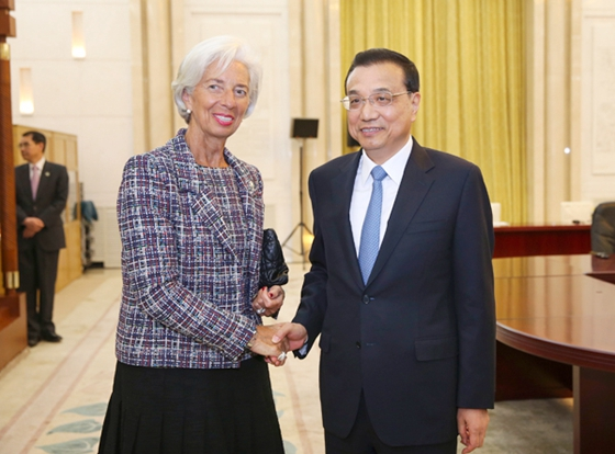 Premier Li Keqiang meets with Christine Lagarde, managing director of the International Monetary Fund, in the Great Hall of the People in Beijing on Sunday. [Photo/CHINA NEWS SERVICE]