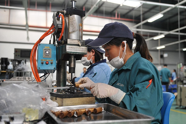 Employees produce electronic aluminium foil products at a factory in Hezhou, the Guangxi Zhuang autonomous region. [Photo/Xinhua]