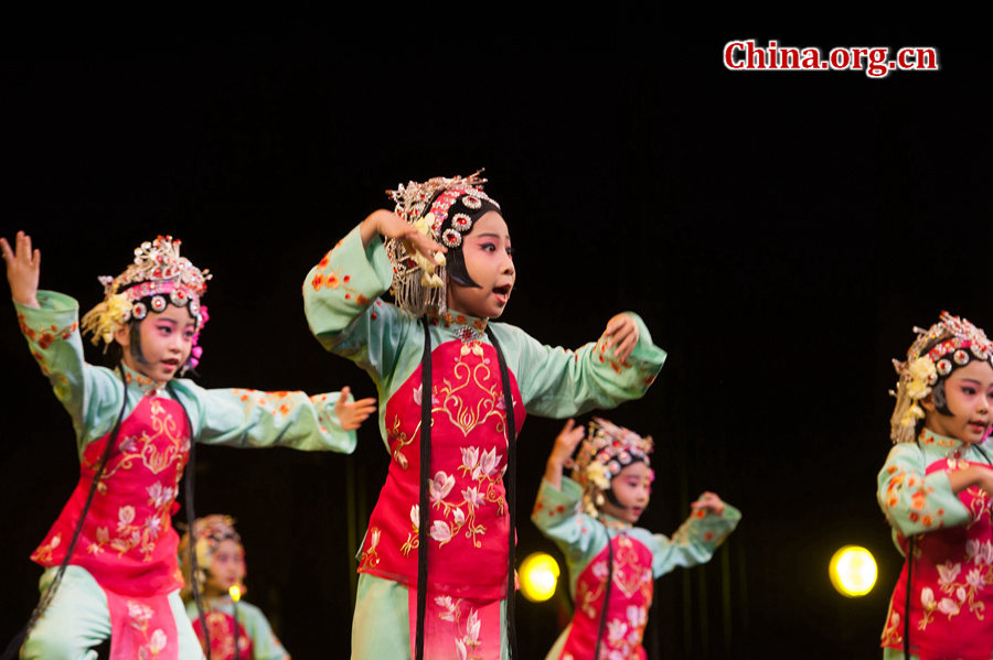 """""""六一""""国际儿童节来临之际,中国宋庆龄基金会于5月31日在京举办""""丝路童心·筑梦未来""""活动。少年儿童表演《梨园情》、《百花盛开》等京剧曲目,唱出十足京腔京韵。[中国网 陈博渊 摄]"""