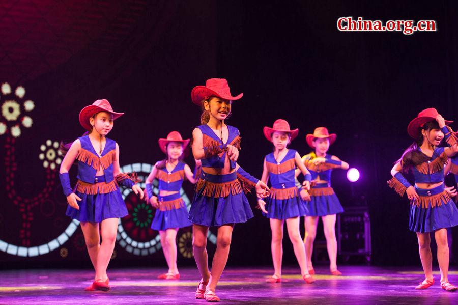 """""""六一""""国际儿童节来临之际,中国宋庆龄基金会于5月31日在京举办""""丝路童心·筑梦未来""""活动。来自北京芳草地国际学校的学生表演《小小牛仔》舞蹈。[中国网 / 陈博渊 摄]"""