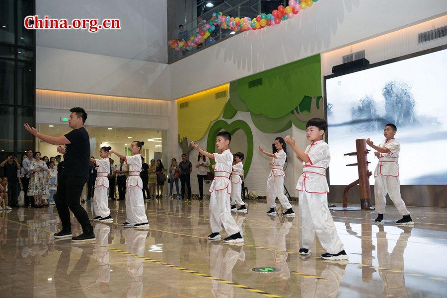"""""""六一""""国际儿童节来临之际,中国宋庆龄基金会于5月31日在京举办""""丝路童心·筑梦未来""""活动。 小小拳手们与他们的老师同台表演中国传统功夫咏春拳。[中国网 / 陈博渊 摄]"""