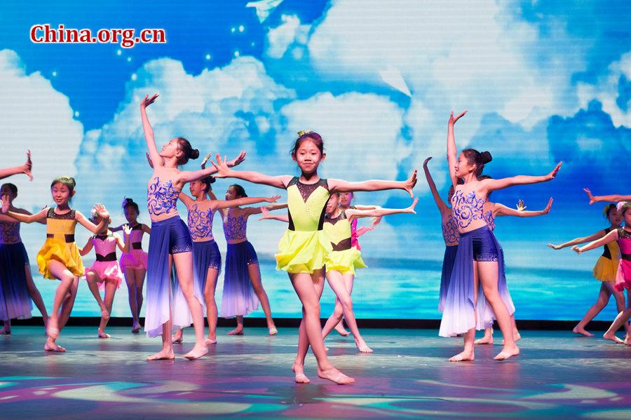 """5月31日,来自40多个国家和地区的大约700多名少年儿童在中国宋庆龄青少年科技文化交流中心参加""""丝路童心•筑梦未来""""大型""""六一""""儿童节庆祝活动。来自北京七一小学的小小舞蹈家表演《我与大海做朋友》。[中国网 陈博渊 / 摄影]"""