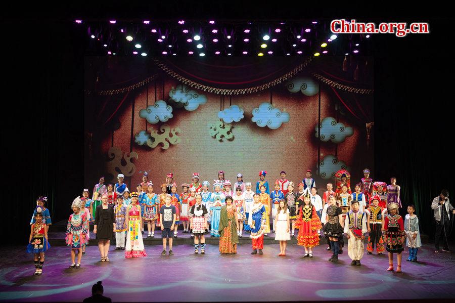 """5月31日,来自40多个国家和地区的大约700多名少年儿童在中国宋庆龄青少年科技文化交流中心参加""""丝路童心·筑梦未来""""大型""""六一""""儿童节庆祝活动。各国儿童合唱《多么美好的世界》与《歌声与微笑》。[中国网 陈博渊 / 摄]"""