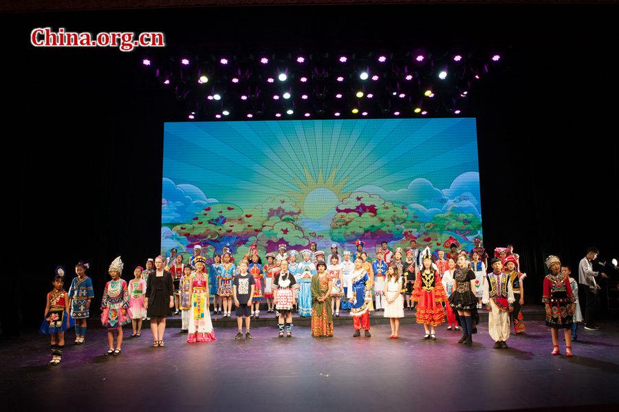 各国儿童合唱《多么美好的世界》与《歌声与微笑》.[中国网 陈博渊