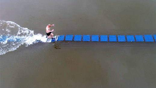 Monk runs on thin plywood in water in Fujian Province