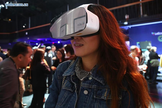A woman tries on LeEco's ExploreVR headset at the launch event of Chinese tech company LeEco, in San Francisco, the United States, on Oct. 19, 2016. [Photo/Xinhua]