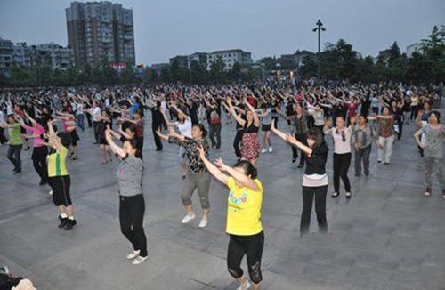 Chengdu citizens enjoy square dancing. [Chengdu Daily]