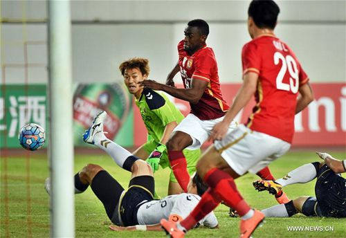 Jackson Martinez (C) of Guangzhou Evergrande tries to score during the Group H first round match between China's Guangzhou Evergrande and South Korea's Pohang Steelers at the 2016 AFC Championships League at Guangzhou Tianhe Sports Center, Feb. 24, 2016. The match ended in a 0-0 draw. [Xinhua]