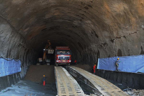 Workers are digging a tunnel of the Beijing-Zhangjiakou high-speed railway line's branch linking Chongli county, Zhangjiakou, Hebei Province, on June 30, 2017. [Photo/Xinhua]