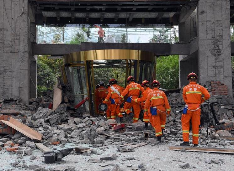 Rescuers work at the collapsed building of the InterContinental Resort Jiuzhai Paradise in Jiuzhaigou County, southwest China's Sichuan Province, Aug. 9, 2017. A 7.0-magnitude earthquake struck Jiuzhaigou, a popular tourist destination, Tuesday night. Rescue work continues in quake-hit Jiuzhaigou. (Xinhua/Fan Peishen)