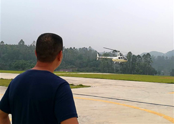Zhu Jianjun checks out a helicopter on August 15, 2017. [Photo: Chengdu Business Daily]
