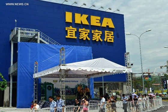 People queue to enter the IKEA shopping mall in Hangzhou, capital of east China's Zhejiang Province, June 25, 2015. [Photo/Xinhua]