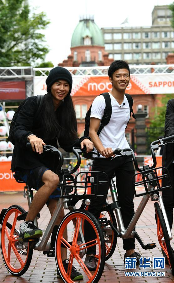College students try out shared bicycles in Sapporo, Japan, on Aug. 22, 2017. [Photo/Xinhua]