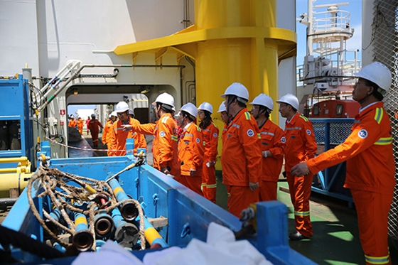 Chinese technicians check their combustible ice mining equipment during an on-the-spot operation in Shenhu Area in the South China Sea, 320 kilometers southeast of Zhuhai city, Guangdong province. [Photo/China Daily]