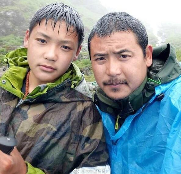 Zhang Wei and his son take selfie during their during their 1,700-kilometer-long journey from Zigong City in Sichuan Province to Lhasa City in Tibet Autonomous Region. [Photo from Weibo.com]