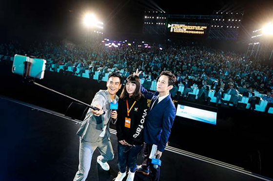Eddie Peng Yuyan, celebrity ambassador for Vivo, took pictures with fans using the Vivo X20. [Photo/chinadaily.com.cn]