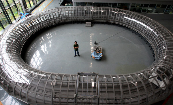 A scientist surveys a hyperloop used for trials of maglev vehicles at Southwest Jiaotong University in Chengdu, Sichuan province.[Photo/China Daily]