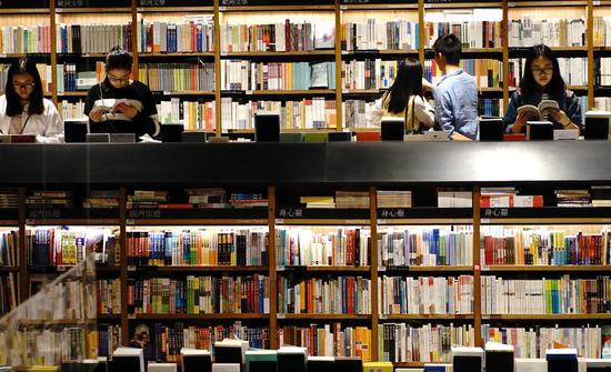 Citizens read books at the Chengdu Fangsuo bookstore on Apr. 17, 2016. [Photo/Xinhua]