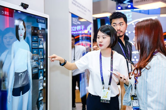An Alibaba employee introduces a virtual mirror during the company's annual computing conference in Hangzhou, capital of Zhejiang province, Oct 11, 2017. [Photo /China Daily]