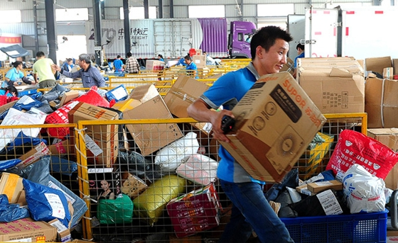 A Zhongtong Express employee sorts out packages at an outlet of the delivery firm in Fuyang, Anhui province. [Photo/China Daily]
