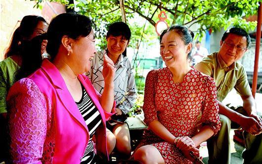 Xu Xu (2nd R) talks with residents. [Photo/Hubei Daily]